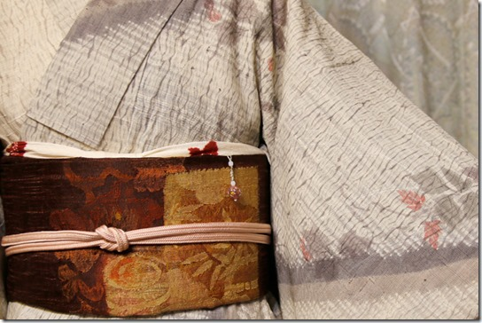生紬(なまつむぎ)のきものに櫛織(くしおり)の帯