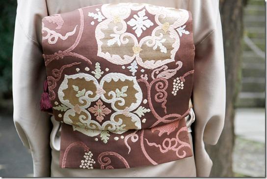 葡萄唐草文様の色留袖と帯