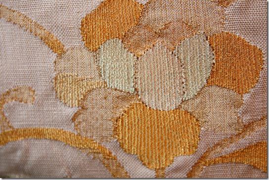 着物の帯、薄いベージュに唐花唐草文様の袋帯